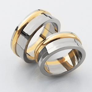 Förlovningsringar i rött och vitt guld